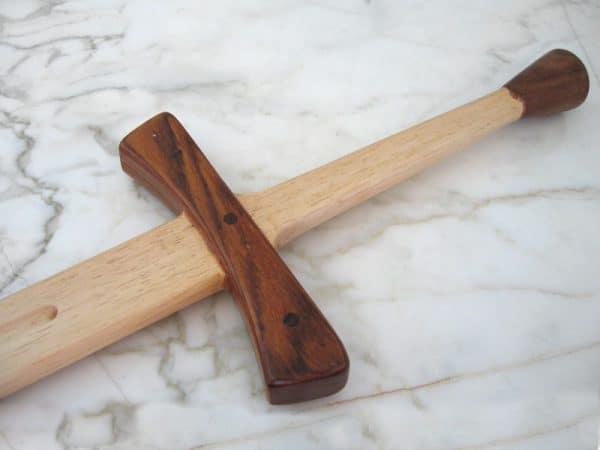 Puinen kahden/puolentoista käden miekka
