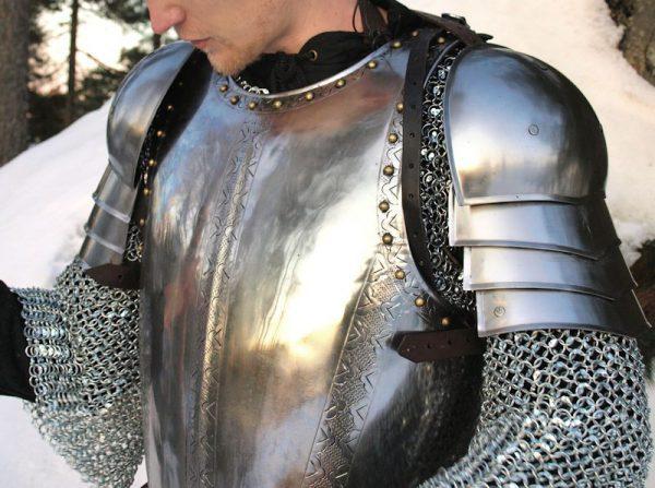 Keskiaikaiset olkapääsuojat (spaulders)