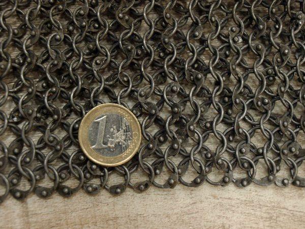 Rengashaarniskapaita niitatuista renkaista